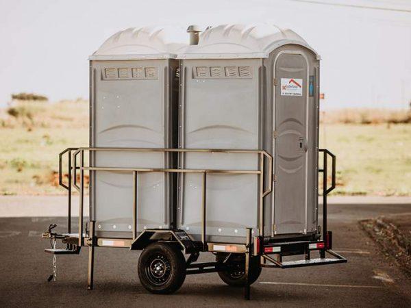 Carreta para transporte de 2 banheiros químicos